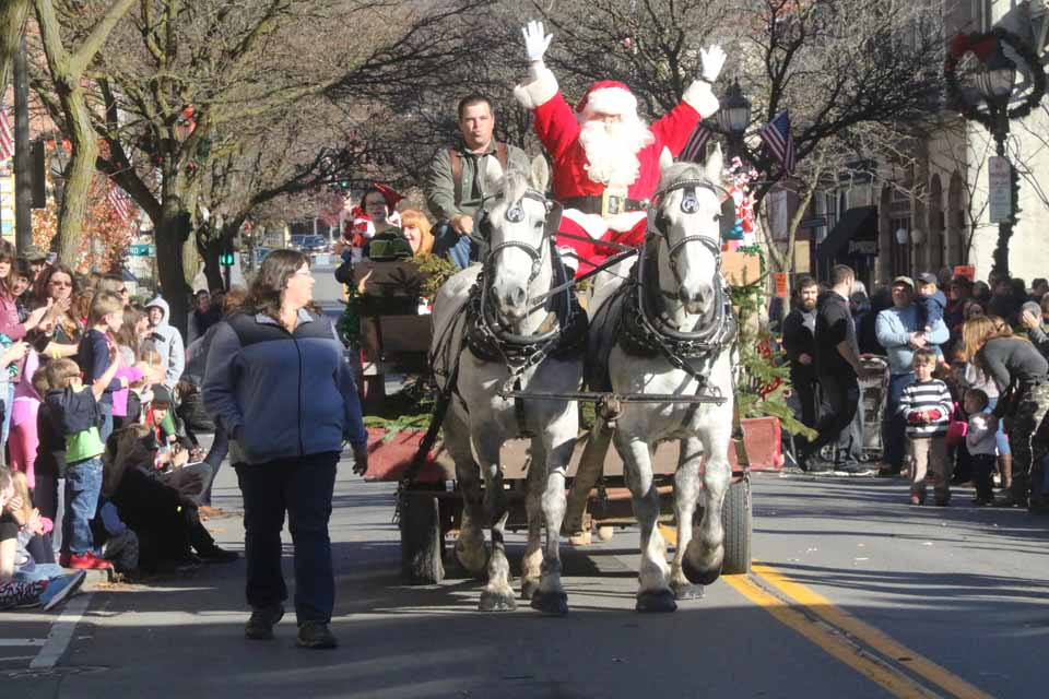 The balmy weather must have brought out close to a record crowd, and indeed a roar went up on Main Street, Oneonta, as Santa Claus arrived for the season this morning. Halfway through the calvalcade, emcee Chuck D'Imperio announced the temperature had just reached 63. (Jim Kevlin/AllOTSEGO.come)